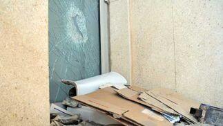 Los cartones y la suciedad se acumulan en una de las puertas laterales de la estación, que también luce rota, posiblemente por una patada.   Foto: Manuel Aranda
