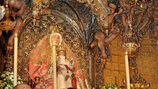 Andrés Palop y Antonio Álvarez depositan el ramo de flores a los pies de la Virgen de los Reyes, patrona de Sevilla.  Foto: Manuel Gómez