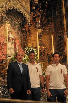 Foto del presidente, José María del Nido, junto al técnico, Antonio Álvarez, y el capitán del equipo, Andrés Palop.  Foto: Manuel Gómez