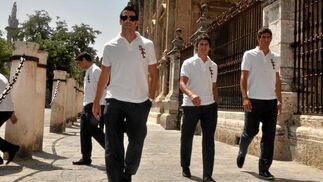 Negredo, Perotti y Fazio junto a las rejas de la Catedral.  Foto: Manuel Gómez