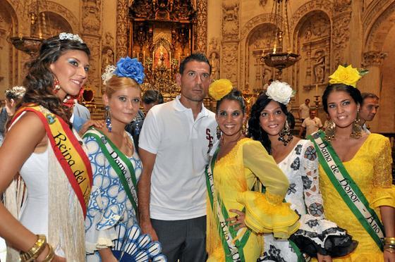 Palop posa en el interior de la Catedral junto a algunas jóvenes vestidas de flamenca.  Foto: Manuel Gómez