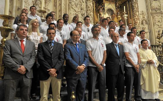 Plantilla y cuerpo técnico y administrativo en la foto de familia ante el altar mayor.  Foto: Manuel Gómez
