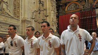 Los jugadores del Sevilla durante la misa en la Catedral.  Foto: Manuel Gómez