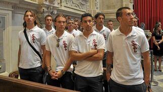 Los jugadores del Sevilla surante la misa en la Catedral.  Foto: Manuel Gómez
