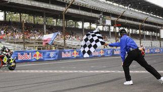 Bandera a cuadros en el Gran Premio de Indianápolis.  Foto: EFE