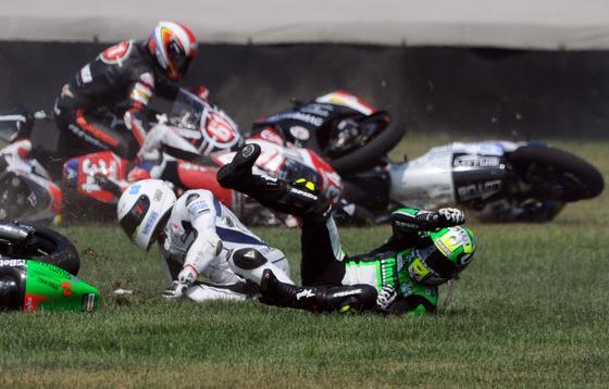 Caída múltiple en la categoría Moto 2 del Gran Premio de Indianápolis.  Foto: EFE