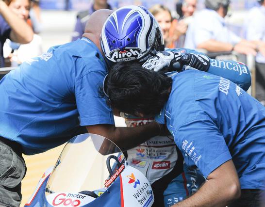 Nicolás Terol se abraza a su padres tras ganar en Gran Premio de Indianápolis en la categoría 125cc.  Foto: EFE