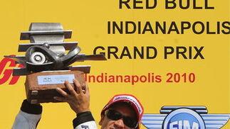 Pedrosa levanta el trofeo como ganador del Gran Premio de Indianápolis.  Foto: EFE