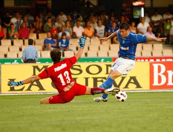Bermejo, en el momento de superar a Rebollo en su gol.  Foto: Juan Carlos Toro