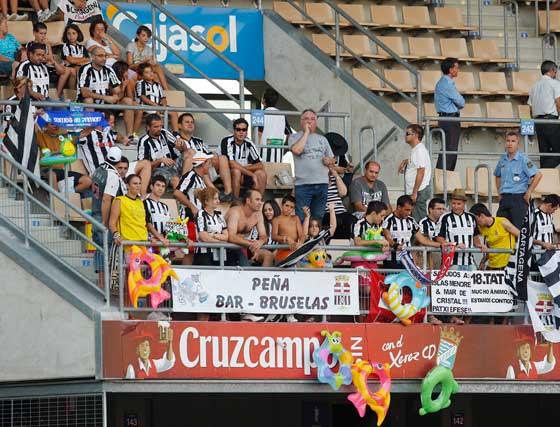 Los seguidores del Cartagena también se hicieron notar en Chapín y engalanaron Fondo Norte con globos y pancartas.   Foto: Juan Carlos Toro