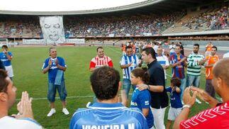 El partido comenzó con el homenaje por parte de la Federación de Peñas del Xerez al actual director deportivo del club, Emilio Viqueira.  Foto: Juan Carlos Toro