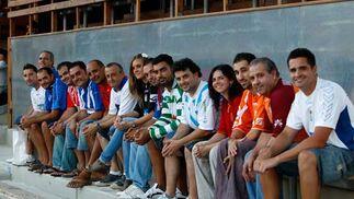 La Federación de Peñas del Xerez homenajeó a Viqueira antes del encuentro y todos sus representantes posaron con distintas camisetas.  Foto: Juan Carlos Toro
