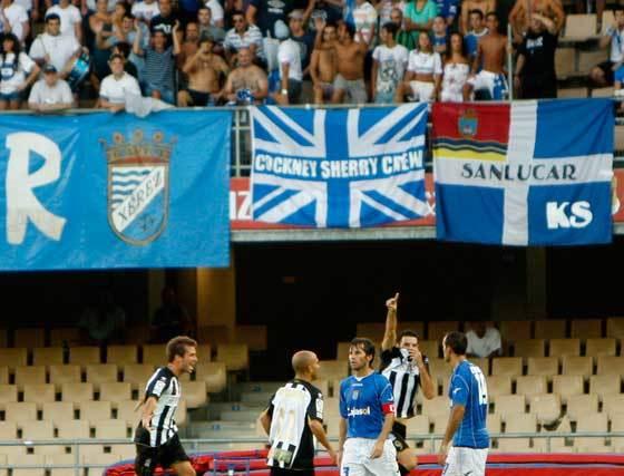 Mendoza y Capdevila no pueden ocultar su decepción mientras los jugadores del Cartagena celebran uno de los goles de Toché.  Foto: Juan Carlos Toro