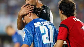 El futbolista del Xerez, Raúl Llorente, es consolado por un jugador del equipo rival tras la derrota sufrida en casa.  Foto: Juan Carlos Toro