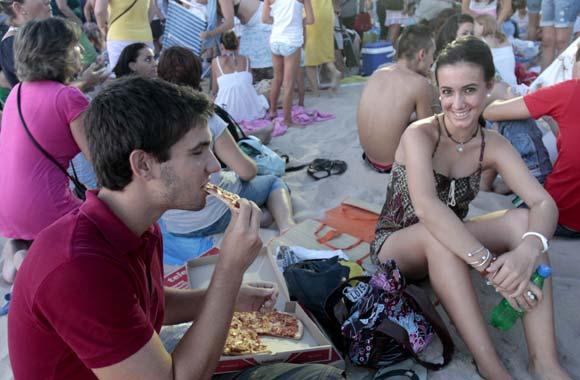 El cantante deleita a sus fans en la playa Victoria  Foto: Julio Gonzalez