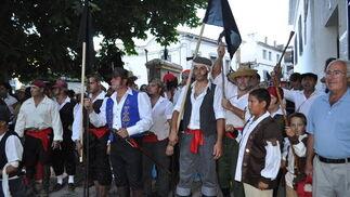 El alcalde Carbonero y todos los vecinos parten de la plaza del pueblo camino del Peñón para combatir contra los franceses   Foto: Ramón Ubric