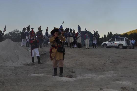 Disparos de los franceses contra los peceños y tropa francesa ante la multitud   Foto: Ramón Ubric