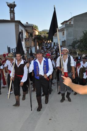 El alcalde y los vecinos camino del Peñón con arengas de ¡Viva La Peza!   Foto: Ramón Ubric