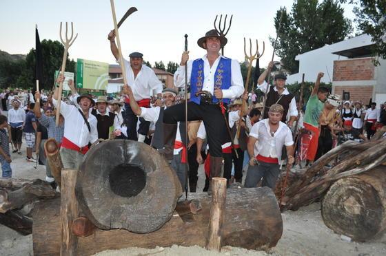 El alcalde y los vecinos de La Peza celebran su victoria eufóricos junto al cañón  Foto: Ramón Ubric