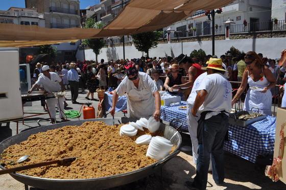 La celebración comenzó a mediodia con migas y sardinas en la plaza del pueblo.  Foto: Ramón Ubric