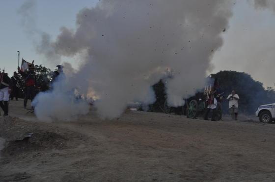 Los franceses disparando ante la multitud de La Peza y el fuego se dejó ver en las pistolas francesas.   Foto: Ramón Ubric