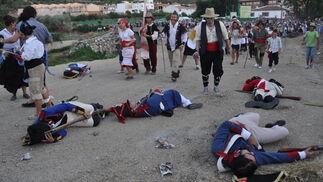 Tras la batalla, numerosos franceses yacen en el suelo  Foto: Ramón Ubric