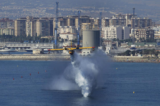 El II Festival Aéreo Internacional de Málaga, donde han participado 35 aeronaves y 90 pilotos, ha contado con la presencia de más de 250.000 personas.  Foto: Sergio Camacho