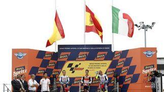 Banderas a media asta en el Gran Premio de San Marino por la muerte del piloto de Moto2 Shoya Tomizawa.  Foto: Reuters
