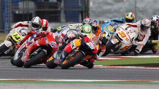 Carrera de MotoGP en el Gran Premio de San Marino, con Dani Pedrosa al frente.  Foto: Reuters