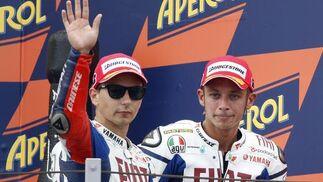 Jorge Lorenzo y Valentino Rossi en el podio del Gran Premio de San Marino, afectados por la muerte de Shoya Tomizawa.  Foto: Reuters
