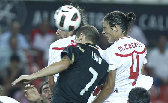 El debutante Martín Cáceres remata de cabeza. / Antonio Pizarro
