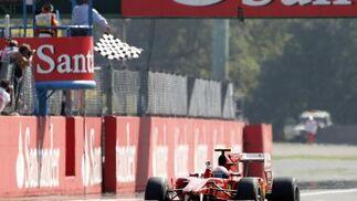 Alonso entra en meta. / Reuters
