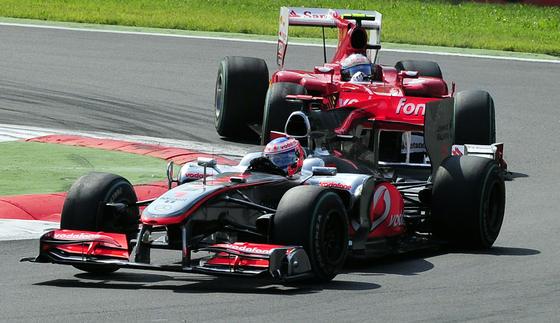 Fernando Alonso refuerza su candidatura al Mundial tras ganar en Monza. / AFP