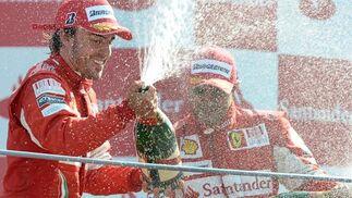 Fernando Alonso refuerza su candidatura al Mundial tras ganar en Monza. / EFE