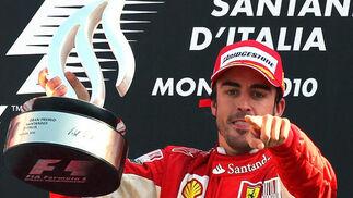 Fernando Alonso levanta el trofeo de campeón del Gran Premio de Italia. / EFE
