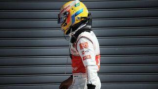 Hamilton se marcha de la pista tras abandonar. / AFP