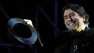 Sabina se quita su bombín para saludar al público. / Antonio Pizarro
