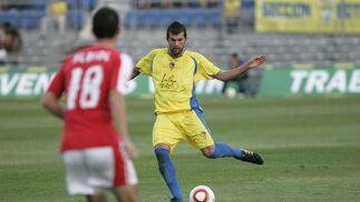 Baquero desplaza el balón en defensa.   Foto: Jesus Marin