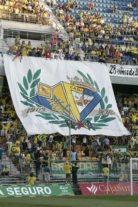 Brigadas Amarillas lució un vistoso tifo celebrando los cien años del club.   Foto: Jesus Marin