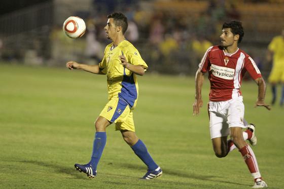 Carlos Caballero se dispone a controlar el balón.   Foto: Jesus Marin
