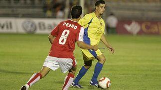Carlos, presionado por Pedro, no consiguió crear juego.   Foto: Jesus Marin