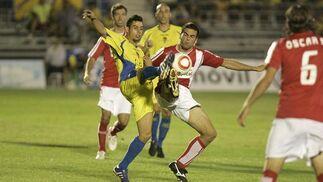 Carlos levanta el pie buscando un balón dividido.   Foto: Jesus Marin