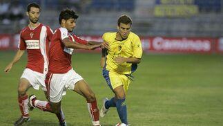 Fran Cortés se lleva la pelota.   Foto: Jesus Marin