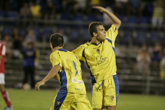 Fran Cortés levanta al público con su gesto pidiendo apoyo tras el gol del empate.   Foto: Jesus Marin