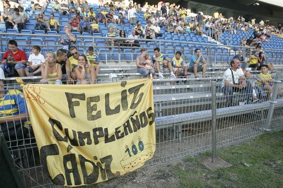 La grada tampoco olvidó felicitar al Cádiz.   Foto: Jesus Marin