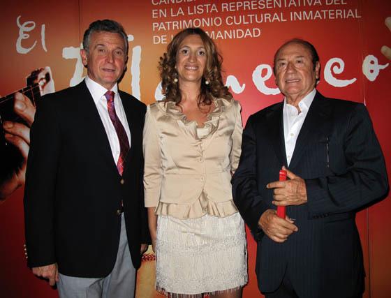 Paulino Plata, consejero de Cultura; María Ángeles Carrasco, directora de la Agencia Andaluza de Flamenco, y  el cantaor Antonio Fernández Díaz 'Fosforito', Medalla de Oro del Cante (2005) y de Andalucía (2006).  Foto: Victoria Ramírez
