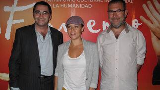 Domingo González, director de la Bienal de Flamenco; la bailaora Rocío Molina y su representante, Xisco Casado (Anegro Producciones).  Foto: Victoria Ramírez