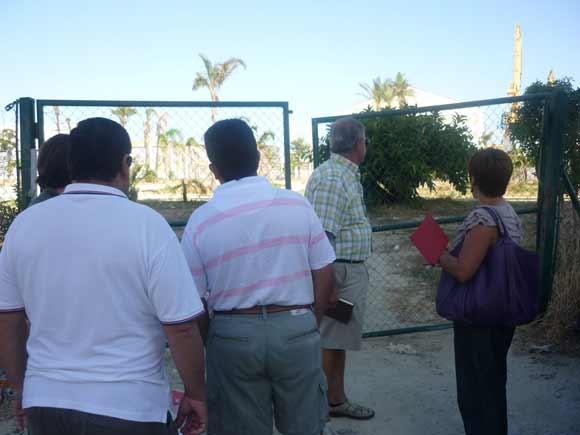 Concejales del PSOE se reúnen con vecinos y comerciantes y critican el estado de abandono de algunos equipamientos.