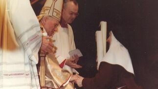 Juan Pablo II recibe a Madre María de la Purísima en el Vaticano.