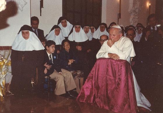 Juan Pablo II reza a Santa Ángela en el año 1982.